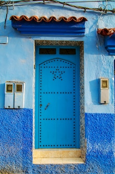 モロッコの飾りと伝統的な東洋のドア。