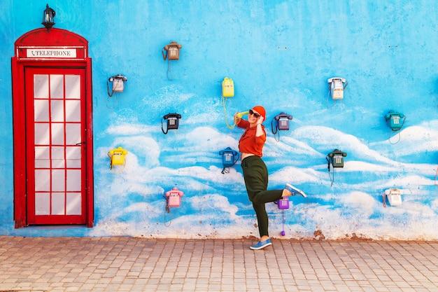 Девушка разговаривает по старинке телефона. концепция связи.