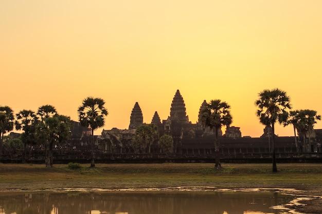 Восход солнца над ангкор-ват.