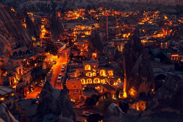 カッパドキア、トルコのギョレメの夜の街で照らされました。
