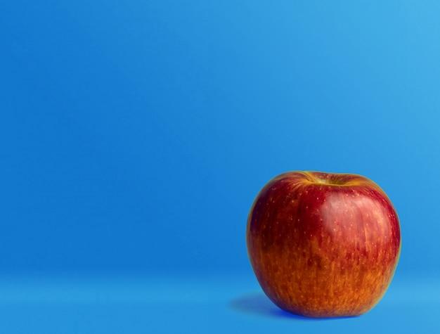 青い背中に赤いリンゴ