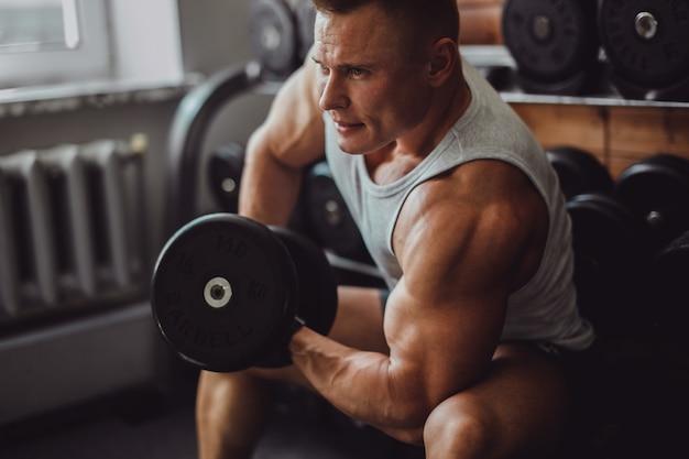 筋肉の手の男性の健康な腕