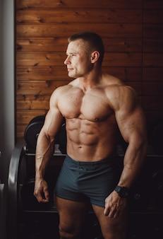 Парень подходит мужской мускульный вес