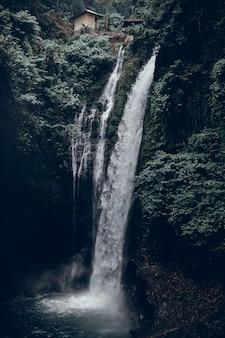 背景の滝、山