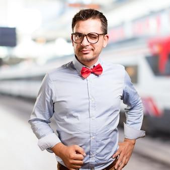 Человек, одетый в красный галстук. мигание глаз.