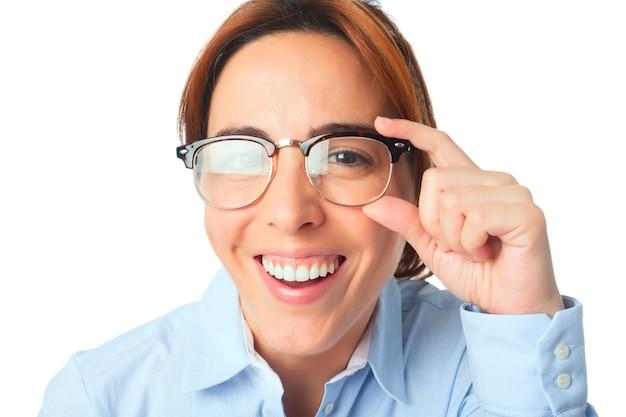 笑顔メガネを持つ女性