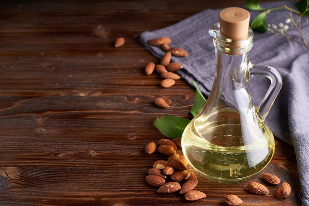 Здоровое миндальное масло в стеклянной бутылке.