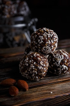Полезные для здоровья органические вегетарианские закуски с орехами, финиками, медом и кунжутом