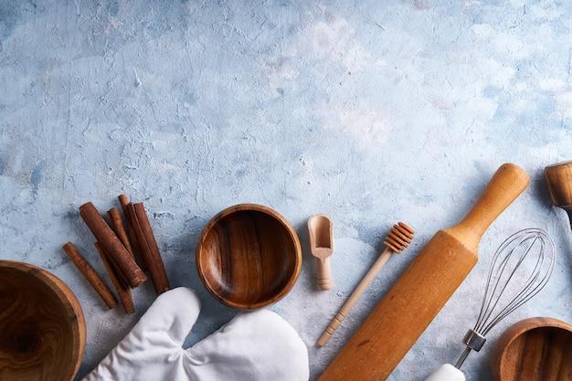 Аксессуары для выпечки. кулинарные инструменты на кухонном столе.