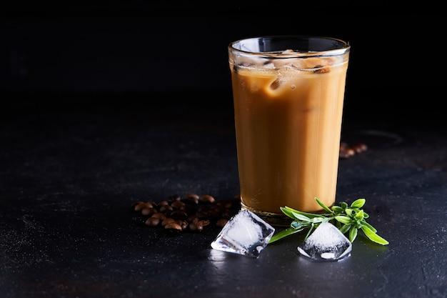 Вкусный ледяной кофе с молоком