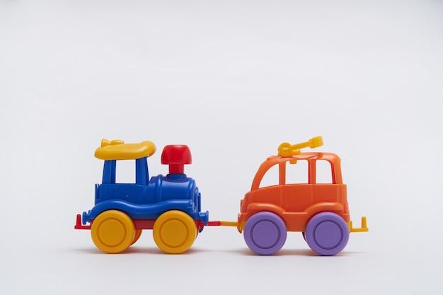 分離された着色されたおもちゃの車