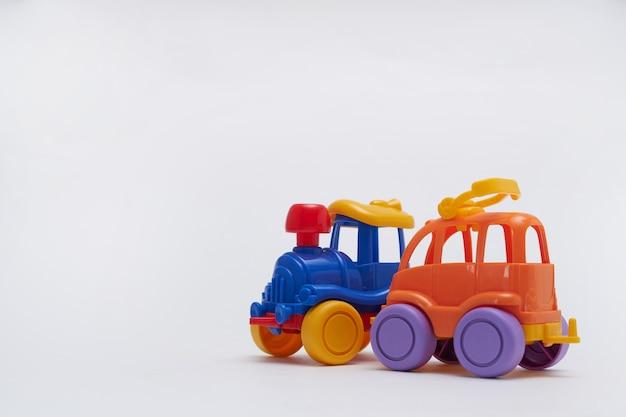 おもちゃの車が事故で衝突した。おもちゃの道路でクラッシュ