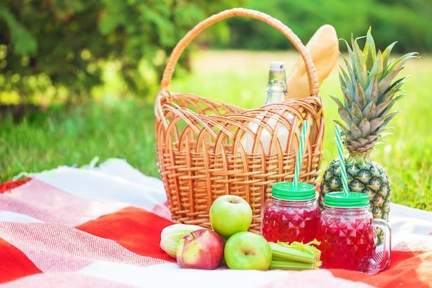 ピクニックバスケット、フルーツ、小瓶入りジュース、リンゴ、牛乳、パイナップルの夏、休息、格子縞、草コピースペース