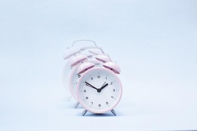 青にピンクの鳴る目覚まし時計