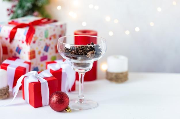 新年とクリスマス。おもちゃ、ギフト、木、コーン付きグラス、ガーランド