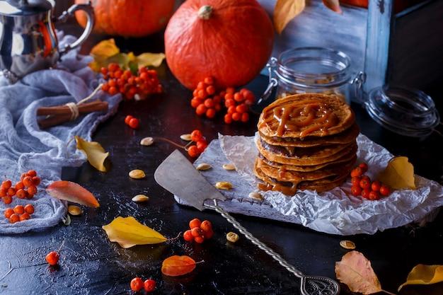 カボチャとキャラメルをトッピングしたカボチャのパンケーキ、葉。