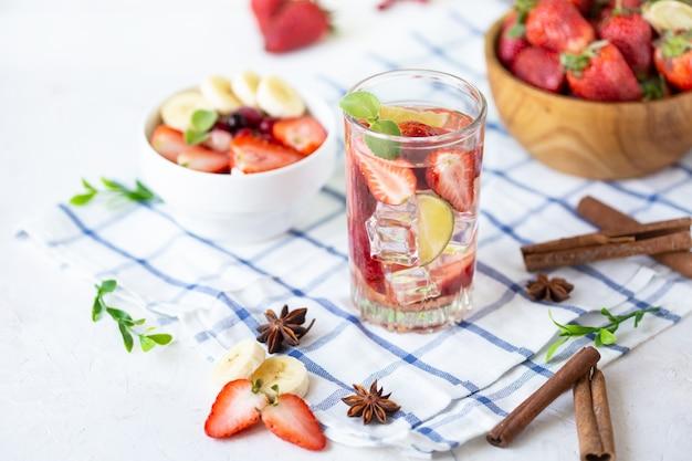 健康的なさわやかなエネルギーアイス冷たいイチゴレモネードとライム