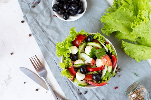 提供テーブルのプレートで食欲をそそるギリシャサラダ