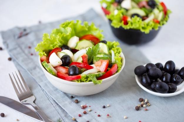 Аппетитный греческий салат в тарелке на стол подается