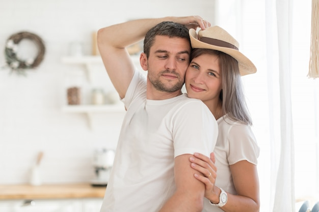 明るいキッチンで一緒に時間を過ごす甘いカップル
