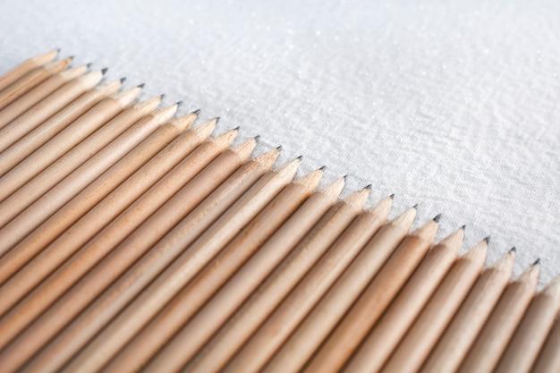 白い背景に分離された木製の鉛筆のグループ。
