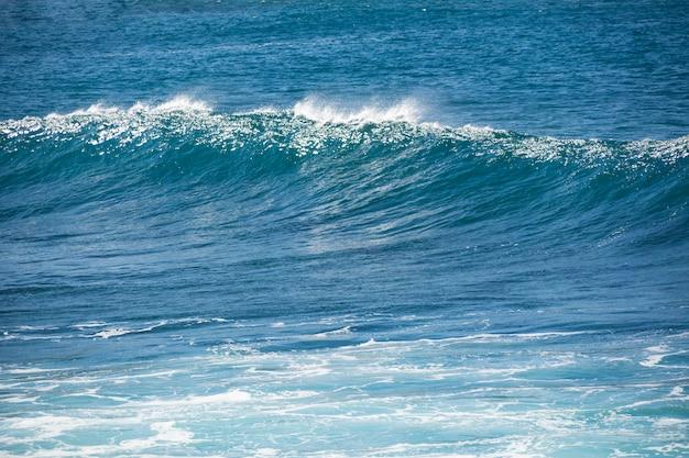 大西洋の青い海に波が形成されます。