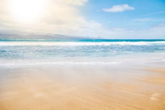 空、海、砂のビーチ