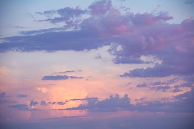 夕暮れ時のピンクと紫の空の背景。