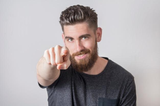 指で指している若い男。