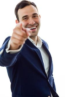 Забавный человек, указывая пальцем на камеру