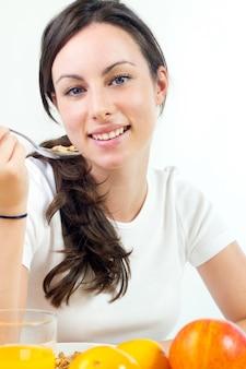 スプーンで食べる女性用シリアル