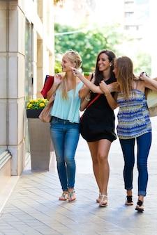 ショーウィンドウで彼女の友人を示す女性