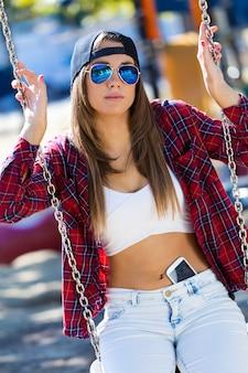 Мода портрет красивой девушки в городе.