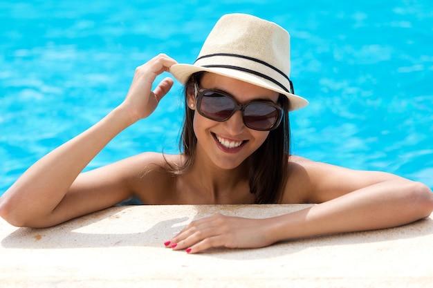 Сексуальная девушка, стоя в плавательный бассейн.