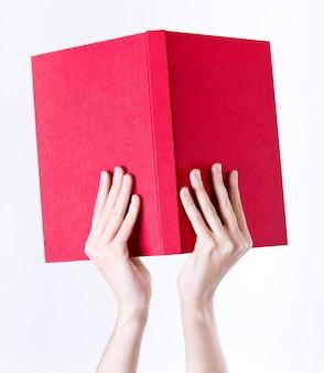 Студийный портрет красивая молодая женщина чтения
