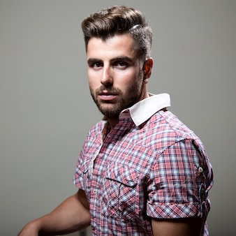 エレガントな若いハンサムな男。スタジオファッションの肖像画。