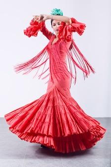 Довольно молодая танцовщица фламенко в красивом платье.