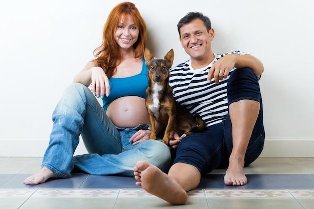 若いカップル、赤ん坊を期待しています白で隔離されています。