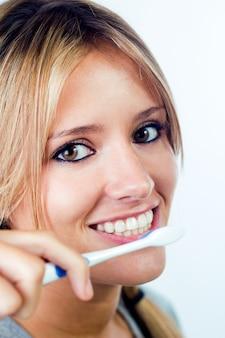 Студия портрет красивой молодой женщины, ставит с зубной щеткой