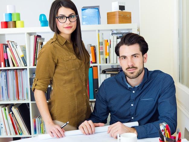 Молодая команда архитекторов, работающих в офисе