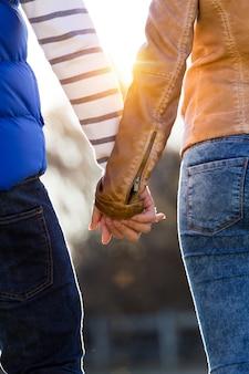 一緒に開催されたカップルの手の拡大