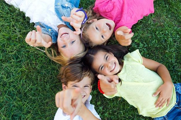 公園で楽しい子供たちのグループ。