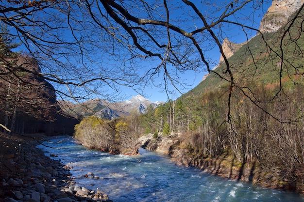 Осенний пейзаж в национальном парке ордеса, пиренеи, уэска, арагон, испания