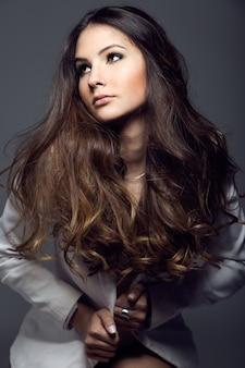 Портрет довольно молодая женщина, создает в студии фото.