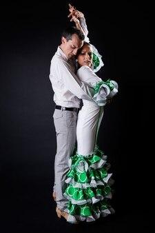 黒の背景に男と女踊り