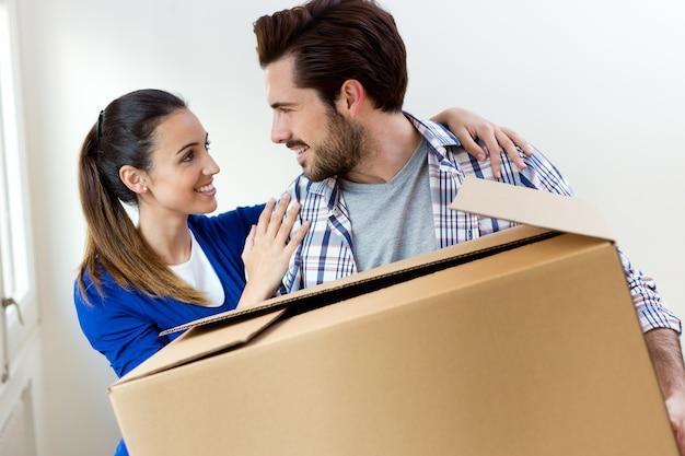 若いカップルが新しい家で動く
