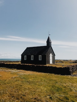 Одинокая церковь в солнечный день