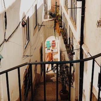 Человек идет по аллее в лиссабоне