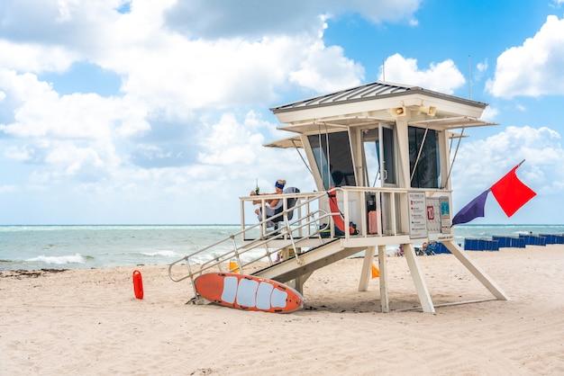 フロリダ州フォートローダーデールのサウスビーチのライフガードタワー