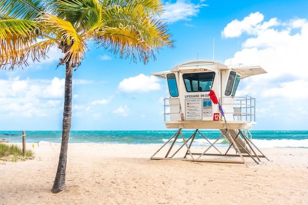 Башня спасателей на южном пляже в форт-лодердейл, флорида, сша